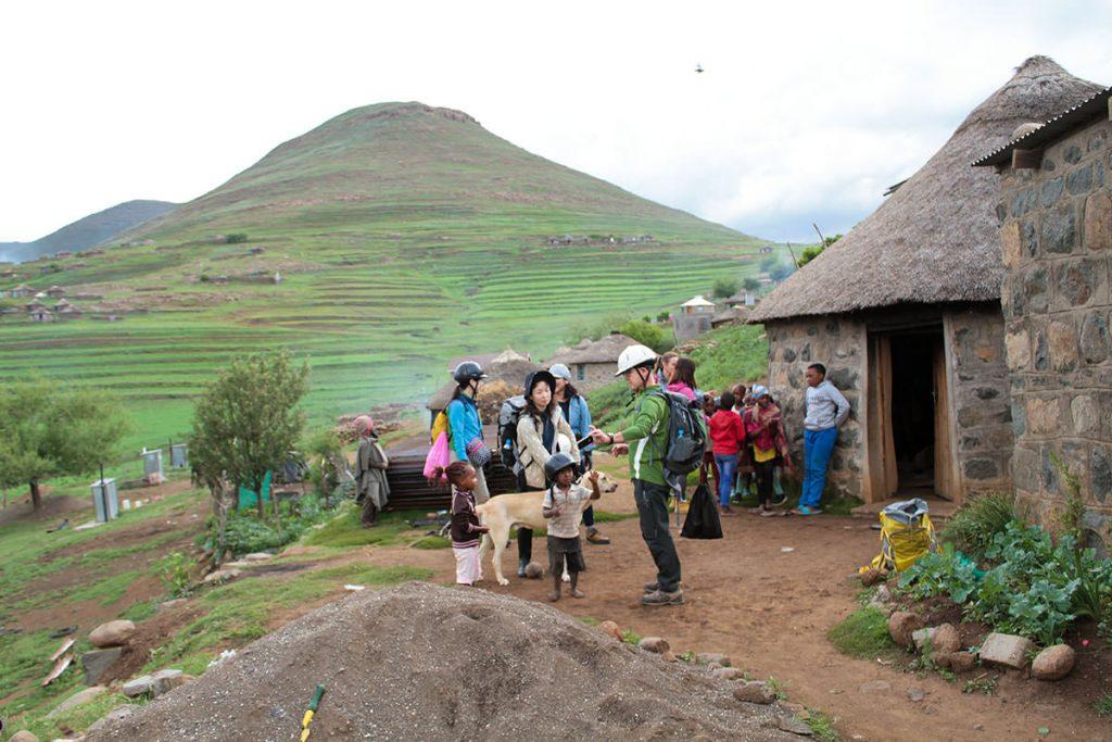 村の子ども達は訪問客に興味深々