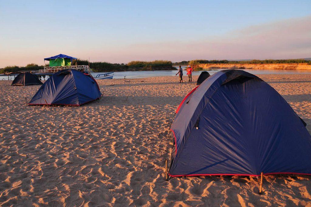 川沿いでキャンプ