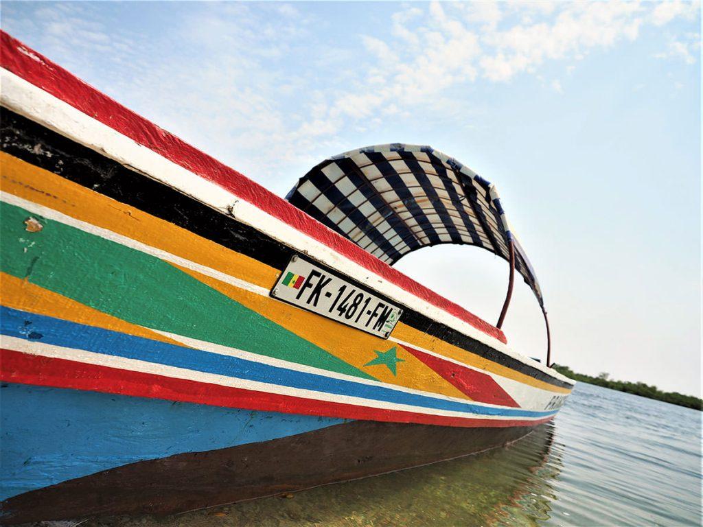 カラフルなスピードボート。海辺の風を爽快に切って進みます。