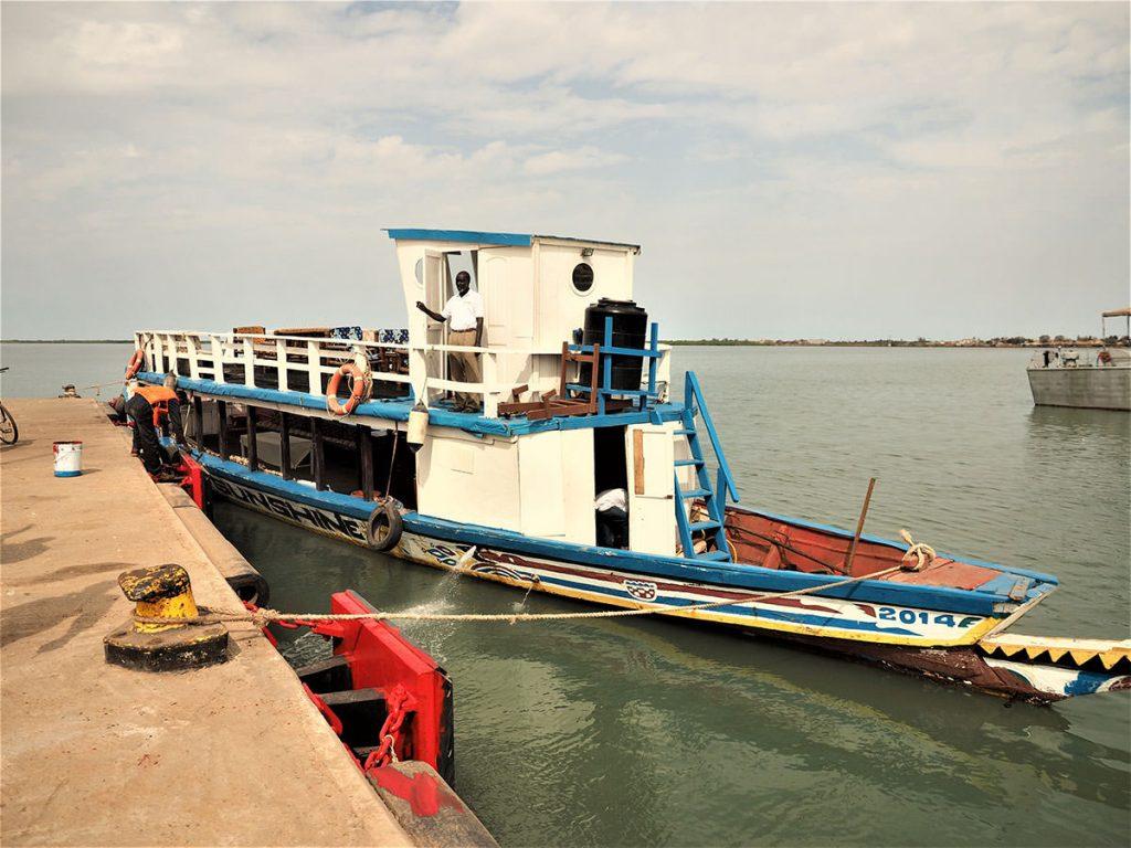 河を遡る改造ピローグ船。時に流れに身を任せながら、河を奥へと遡ります。