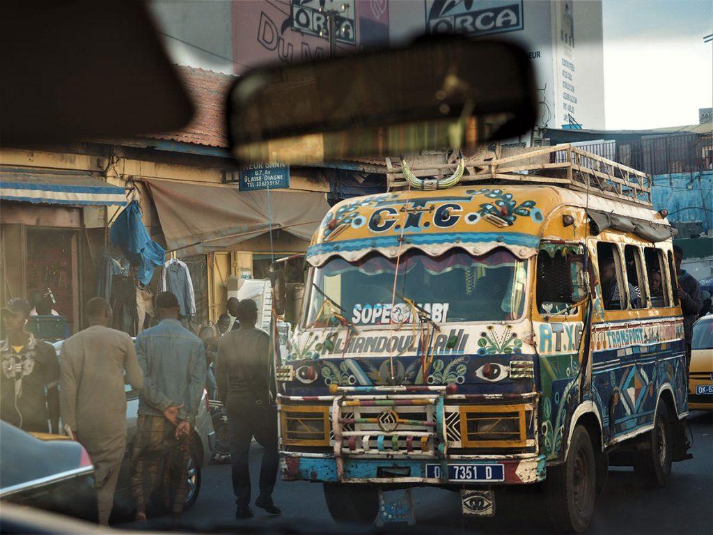 エネルギッシュに人々が行き交うダカール市内を抜けます。