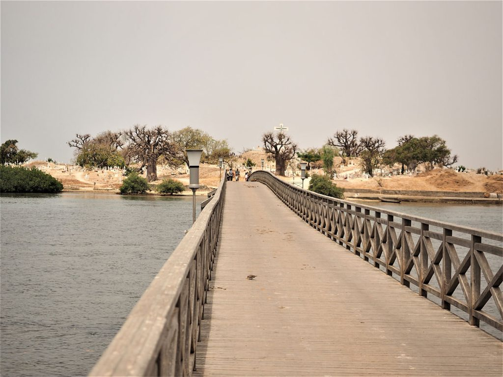 大陸と貝殻島は桟橋で結ばれています。