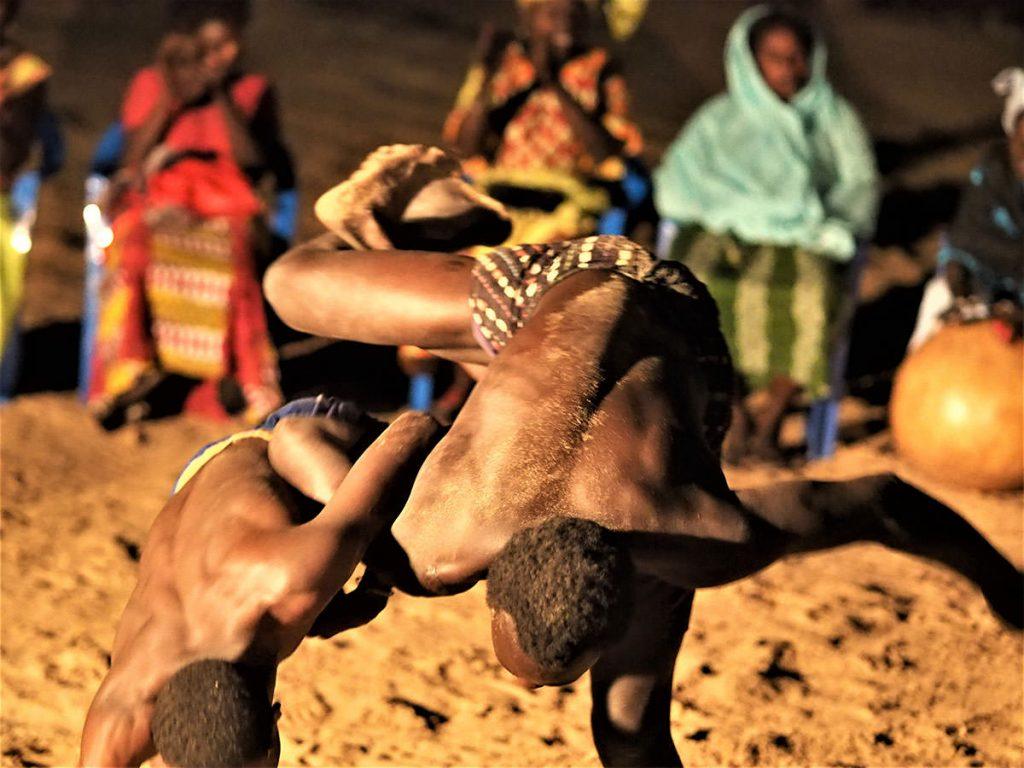 若者たちが相撲の特訓。セネガルでは伝統相撲(タイゾン)が全国民的に人気です。