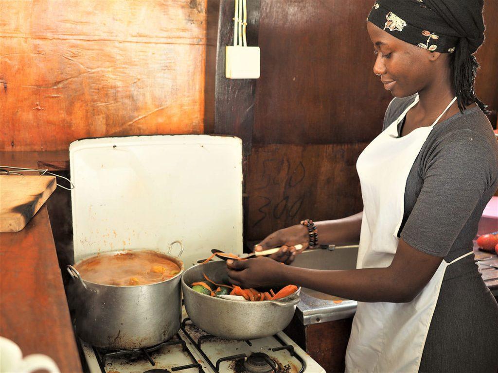 船内にはキッチンも完備で、地元料理を堪能できます。