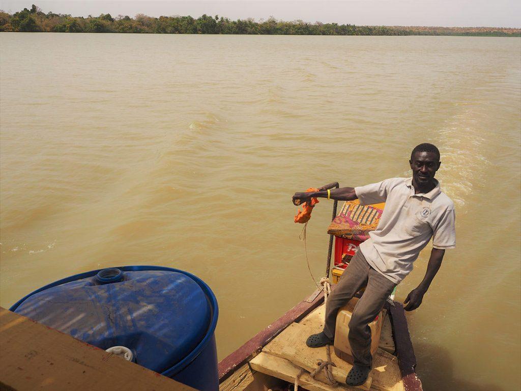 穏やかな河ですが、満ち引きによる潮目もあるため、舵取りは重要です。