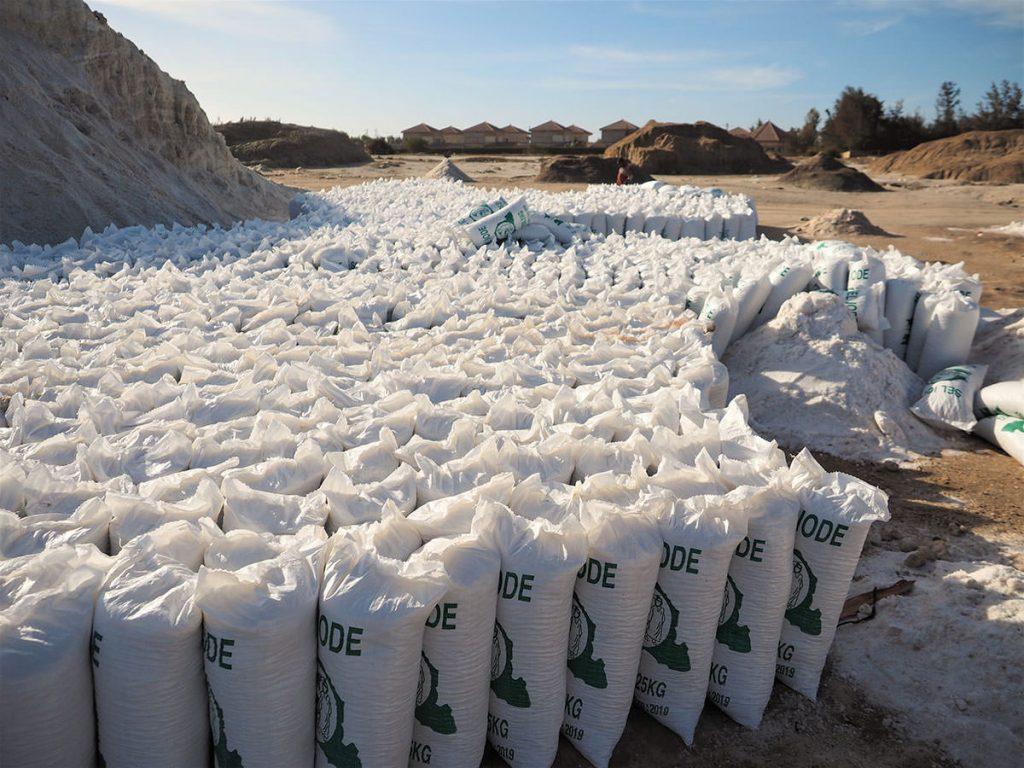 袋詰めにされた塩は、国外の内陸国へも輸出されています。