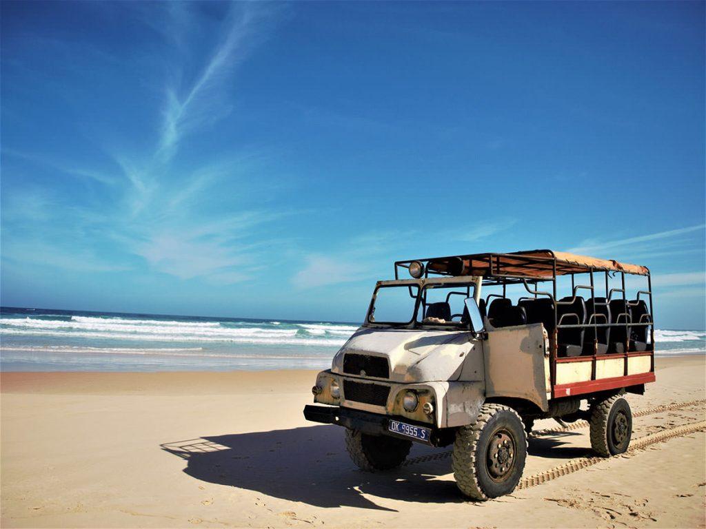 四輪ジープで湖から大西洋のビーチまでドライブ。