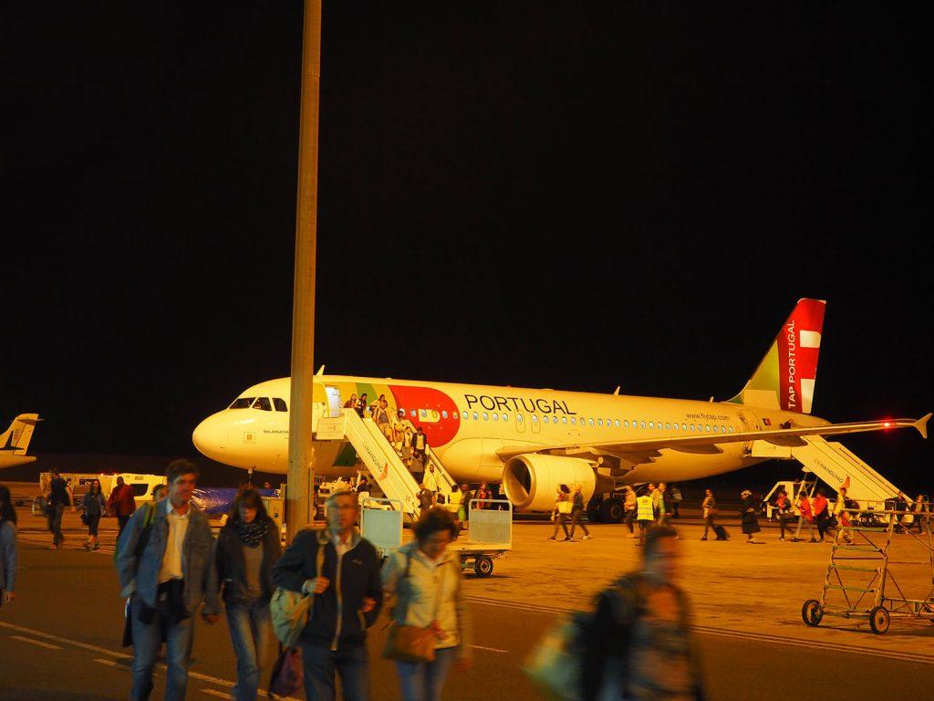 随分寄り道が長かったですが、ポルトガル航空にてようやく深夜に到着。
