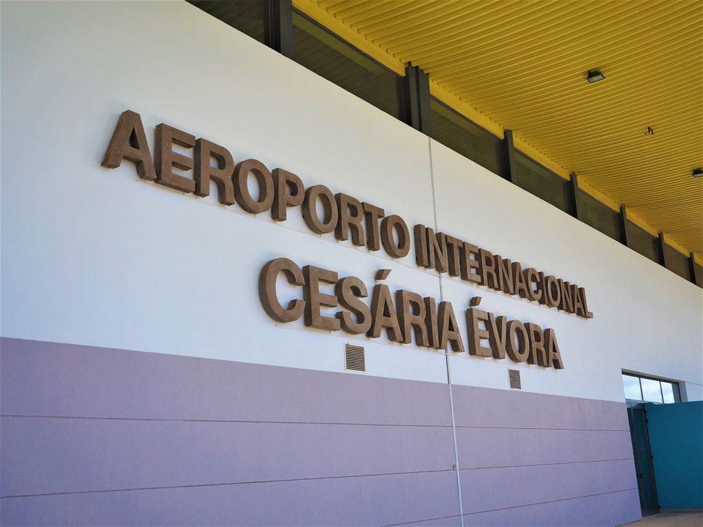 サン・ヴィンセンテ島は世界的に活躍をした裸足の歌姫、故セザリア・エヴォラの出身島でもあり、空港は彼女の名を冠しています。