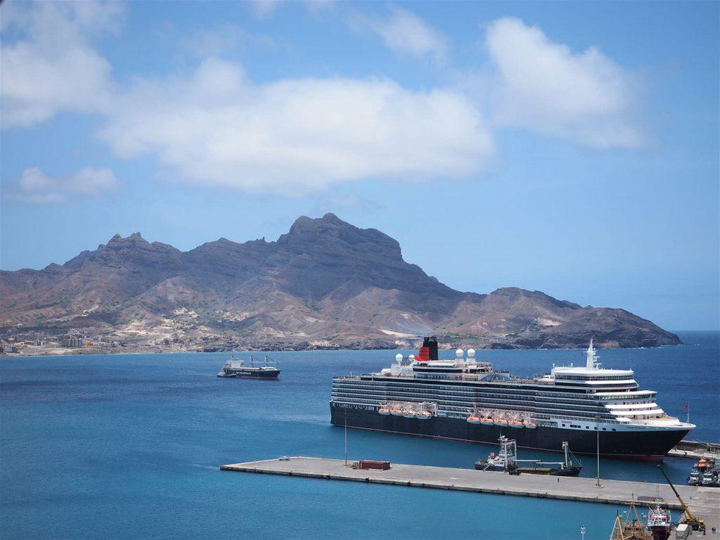 ヨーロッパの豪華客船も寄港。後ろの山は、人が上を向いている横顔に見えることで有名です。