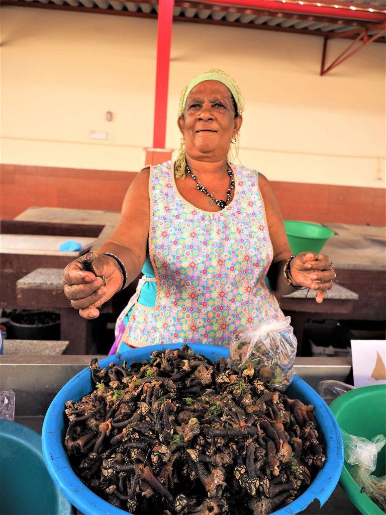 珍味カメノテ!(亀の手)。これはフジツボの親戚です。ぷりぷりして美味しい。