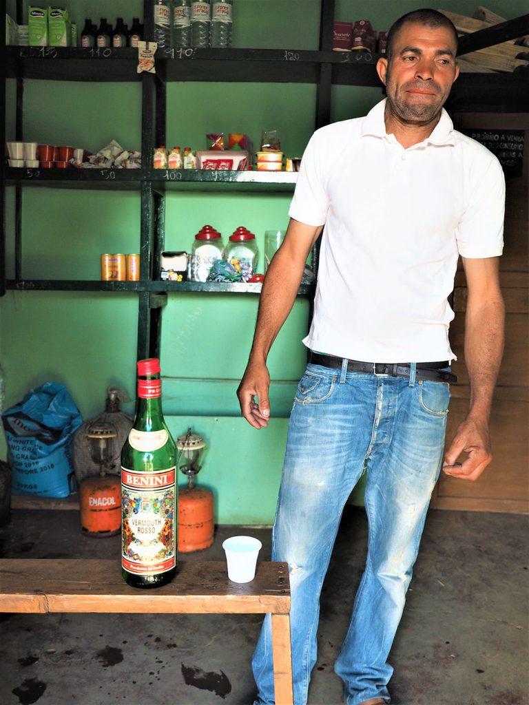 アンタン島の名産はクローグ(ラム酒)です。ちょいと縁日気分で一杯。