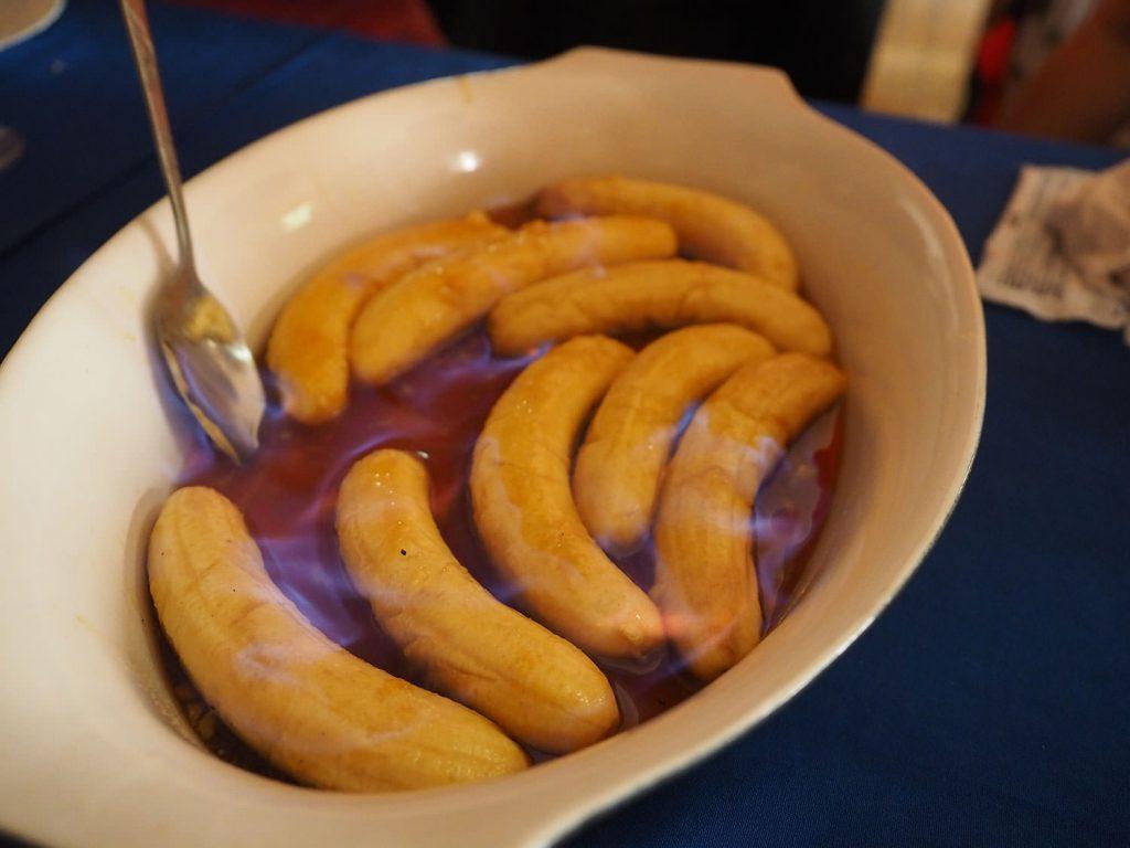 バナナをラム酒に漬け込んで、火を付けながらあぶってくれます。危険な味わいです。