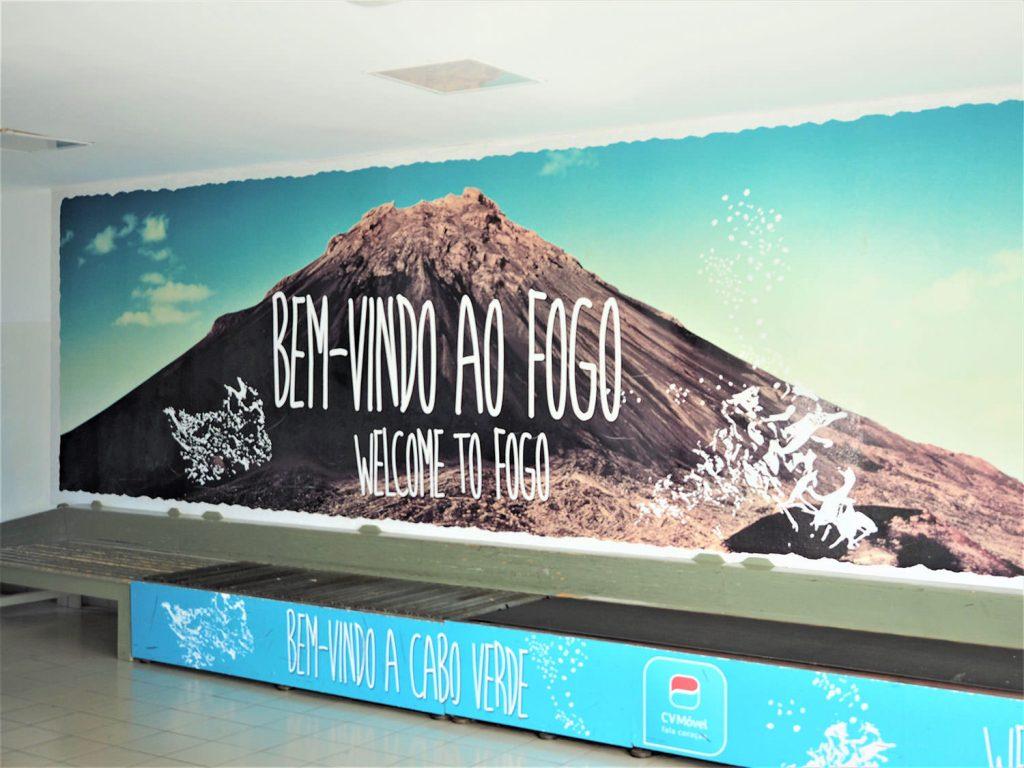 こじんまりした空港ですが、大きな火山の壁面がお出迎え。期待が高まります。