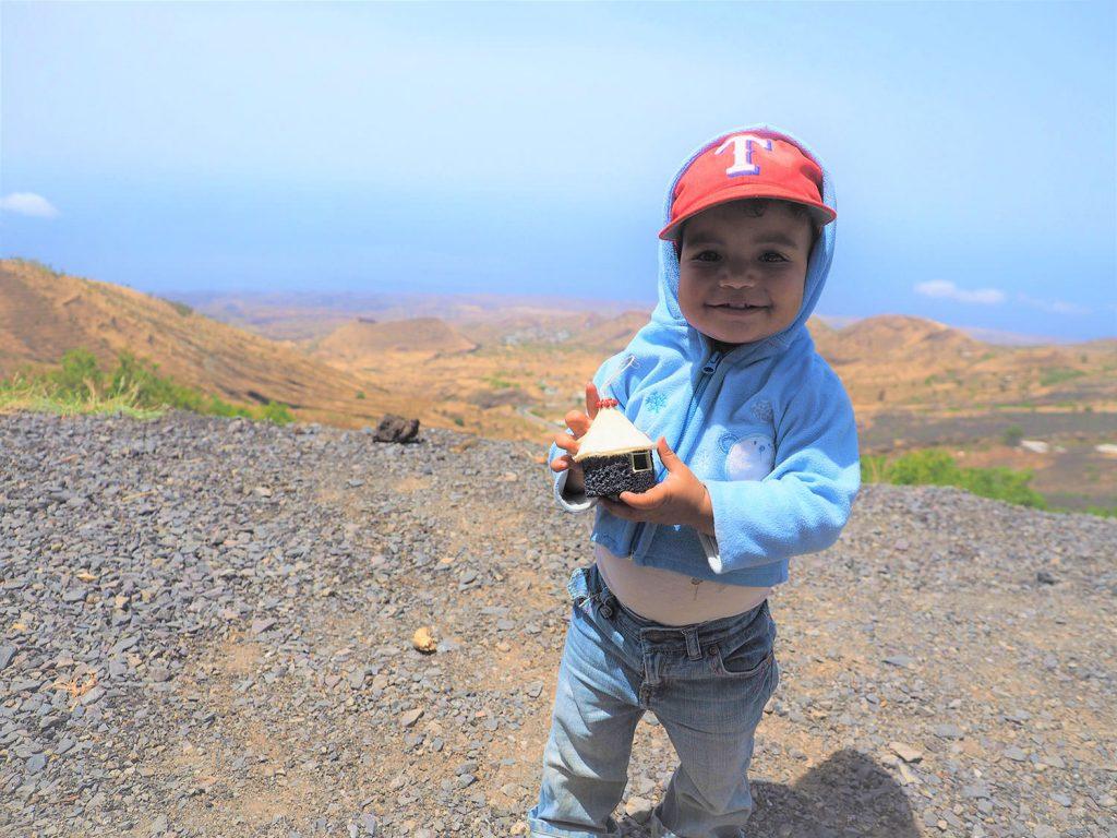カルデラ(火口原)に近づくと、子供たちが火山岩で作ったおもちゃを持って来ました。伝統的な様式の家屋を模したものですね。お土産に最適?
