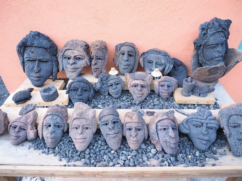 他にはこんなものが。うーむ。火山岩お土産はシュールな世界です。