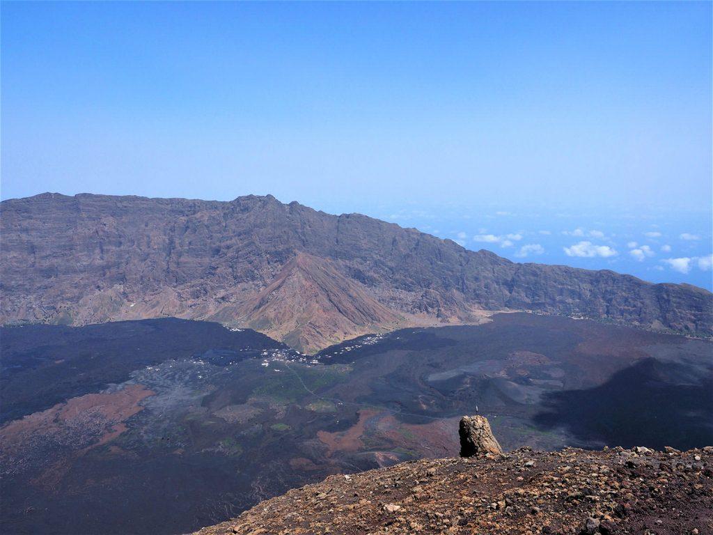 山頂からは周囲の外輪山、島の向こうまでぐるりと見渡すことが出来ます。