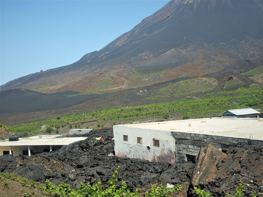 噴火によって発生した溶岩流で村は埋め尽くされてしまいました。