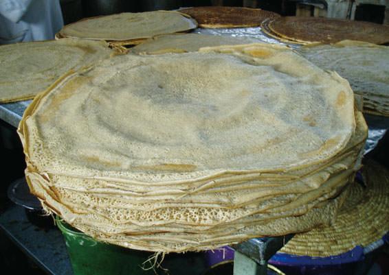 テフの粉を発酵してつくるインジェラ