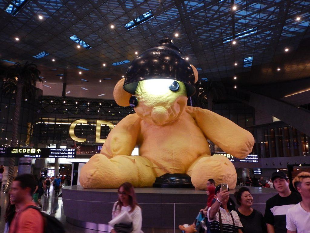 ドーハ空港内のシンボルの熊のぬいぐるみ