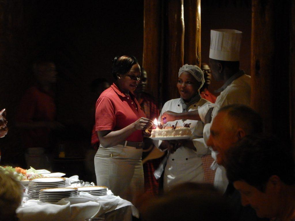 サプライズのケーキを用意するスタッフ