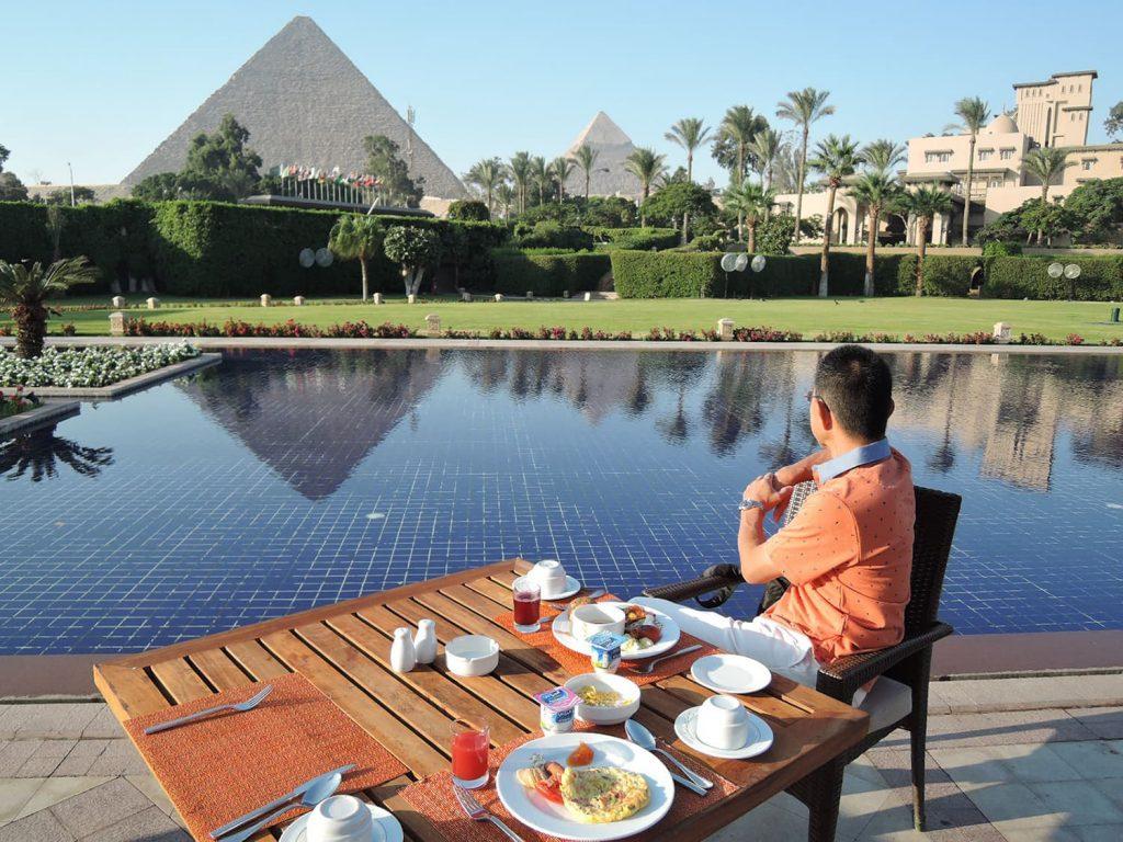 ピラミッドを望む、メナハウスの朝食
