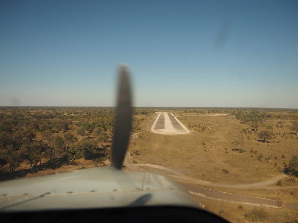 湿原地帯(デルタ)の中にある小さな滑走路に着陸。