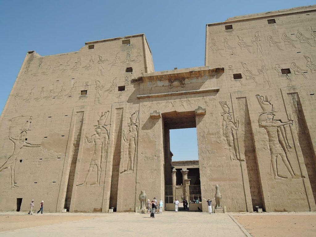 エドフのホルス神殿の巨大な塔門