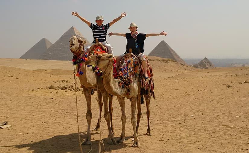 ラクダに乗ってピラミッド見学