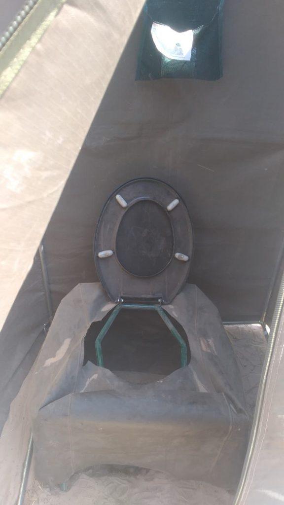 穴掘り式ですが、快適に使用出来るように工夫されたトイレ2