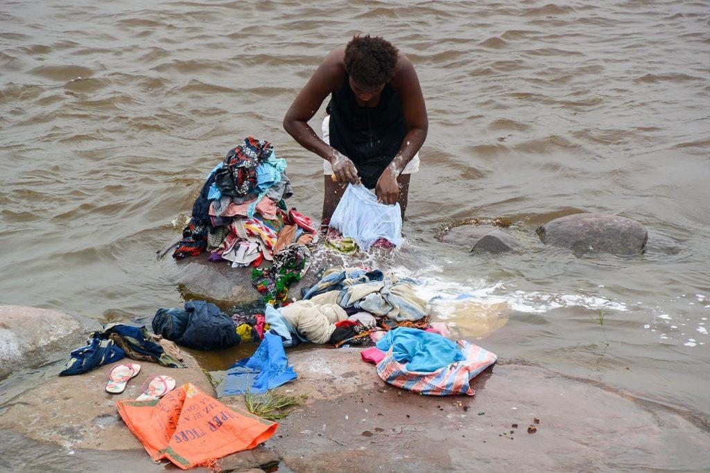 コンゴ川でザブザブお洗濯をする女性。