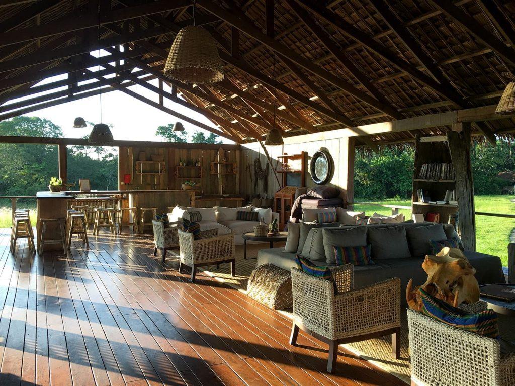 ンボコ・キャンプのバー。オープンエリアが気持ちのいい空間です。