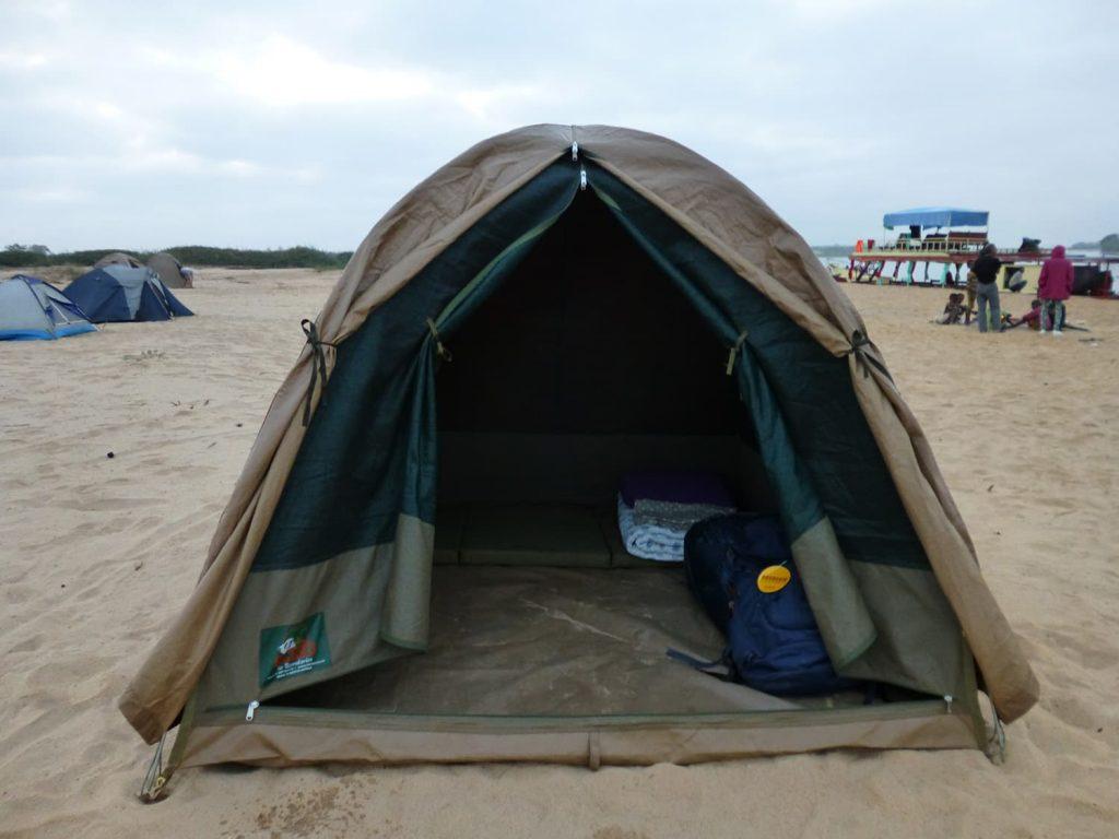 川下り中はテント泊。
