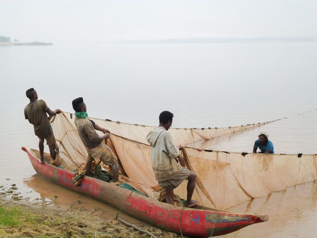 朝起きると地引網で漁をしていたり。