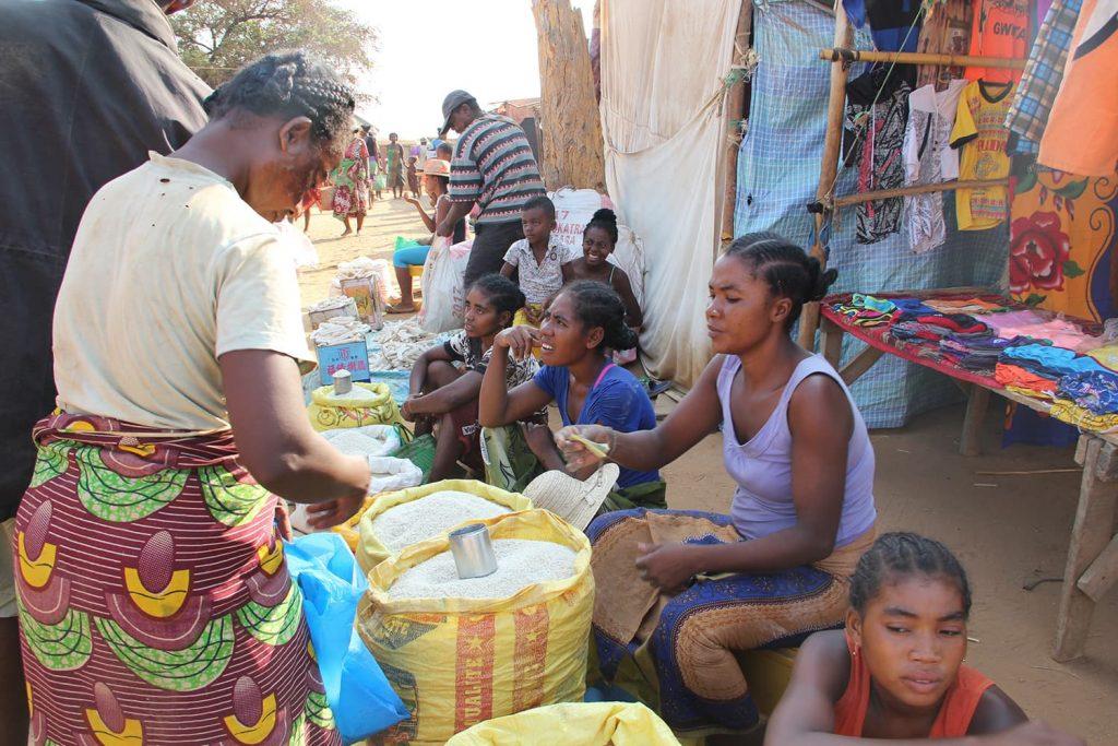途中に村訪問をして、マーケットなど人々の暮らしを垣間見ることも。