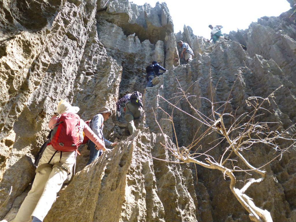 直登の岩々を上り…