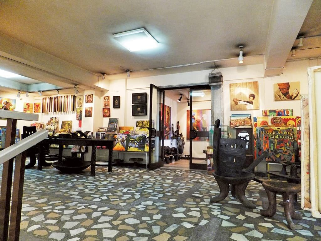 Makush Art Gallery。扉の中がイタリアンレストラン