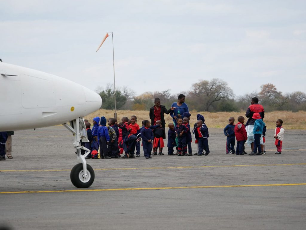 学期末で、子供たちが空港に社会見学に来ていました