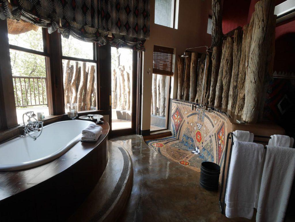 ダム湖ビューのバスルーム
