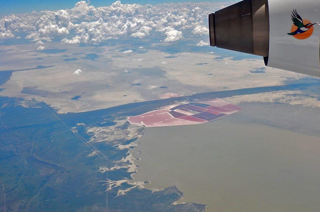 飛行機の窓から見えたマガディカディパンと塩田(赤い箇所)