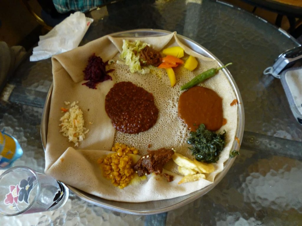 ツアー中の食事はエチオピアの国民食インジェラ!