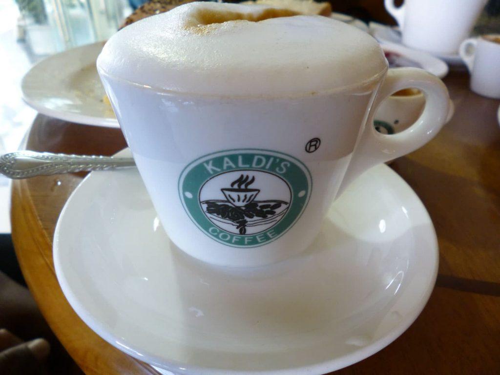 ツアー中にはカフェにも立ち寄ります