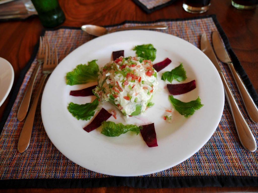 味の濃いアボカドのサラダ