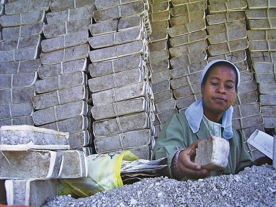 場内に残る「塩売り場」。今は、家畜用の塩として売られている