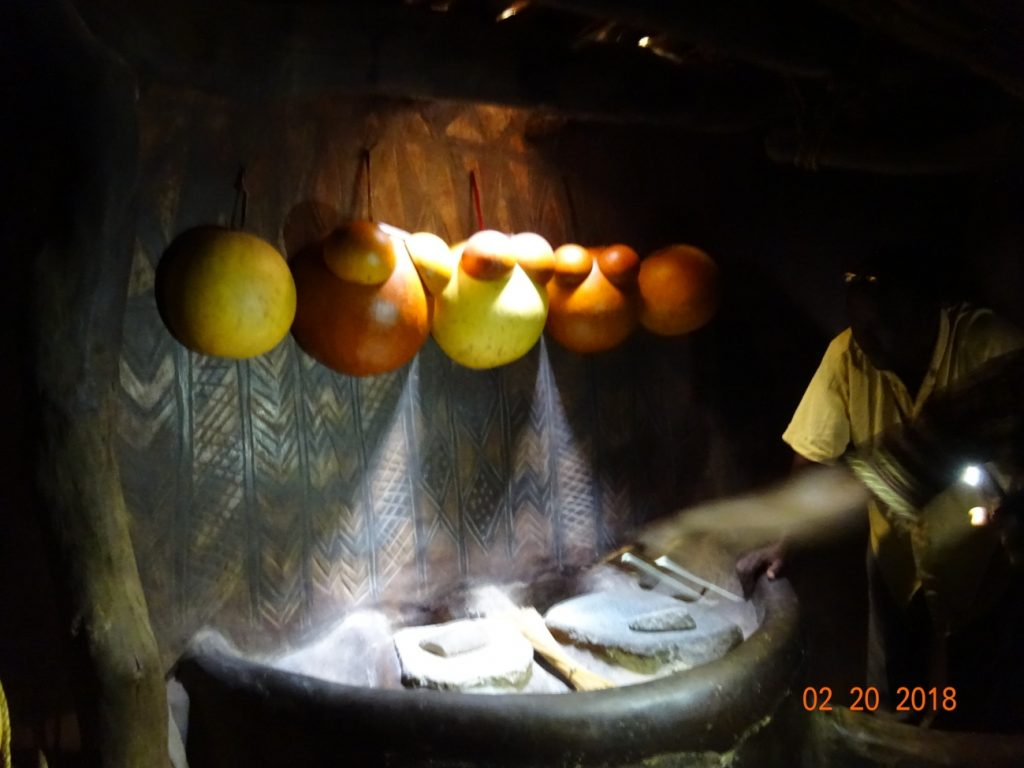 家の中の台所。壁に掛かっているのはカラバシュ(ひょうたん)を加工したもので、容器代わりに使う