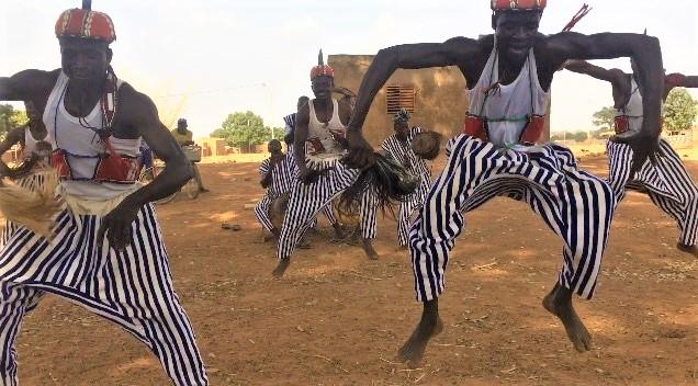 様々な模様の家を堪能した後は、カセナ族の伝統的なダンスを見学