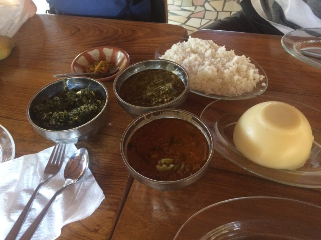 昼食はローカルフード。トー(トウモロコシの粉を練ったもの)に野菜や鳥のシチューをかけていただく