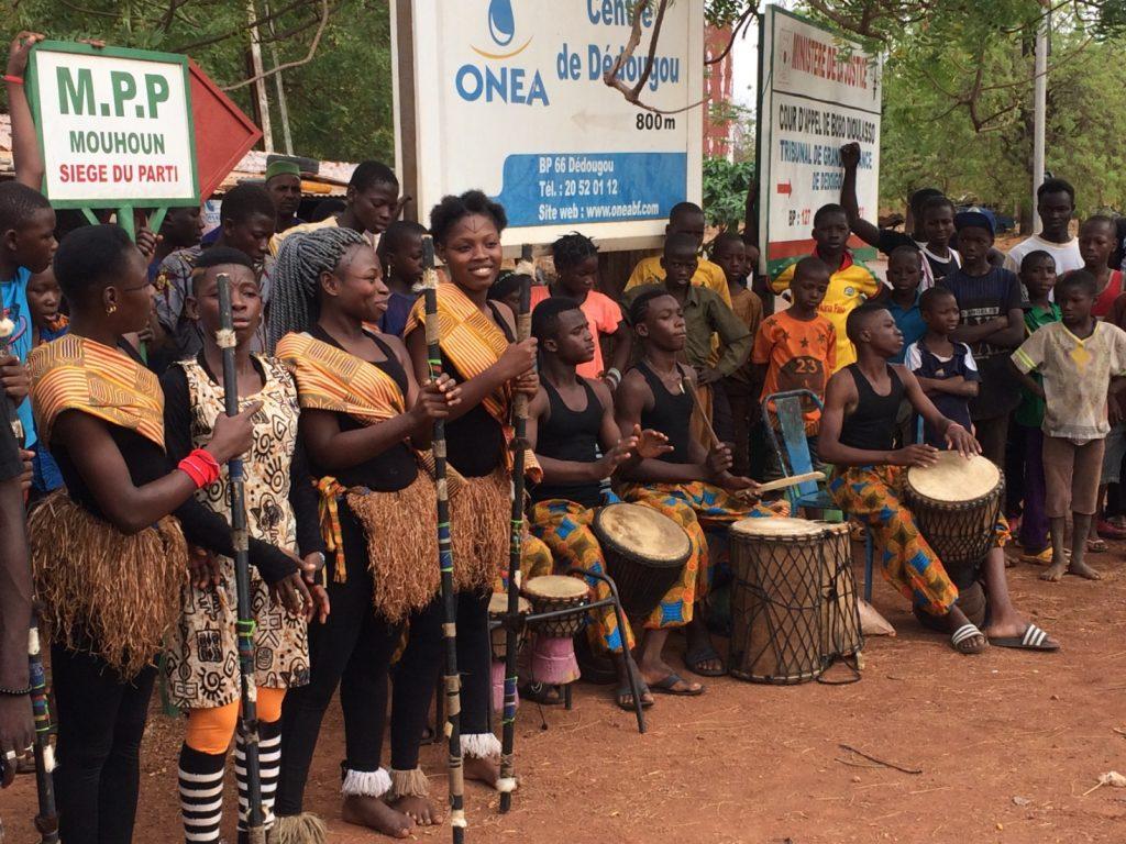 会場の外ではコートジボワールから来た楽団がダンスと音楽を披露 様々な衣装のファッションチェックも欠かせない!!