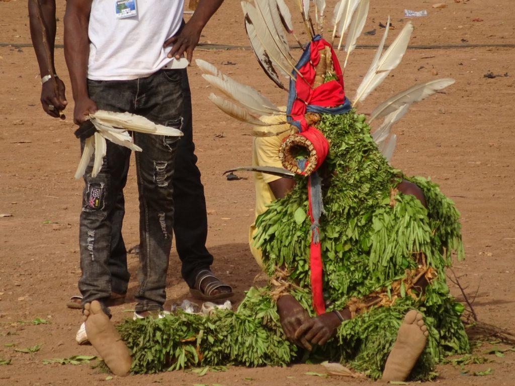 同じ葉っぱの衣装でも、装飾は様々。羽飾りと赤い布が目を引く