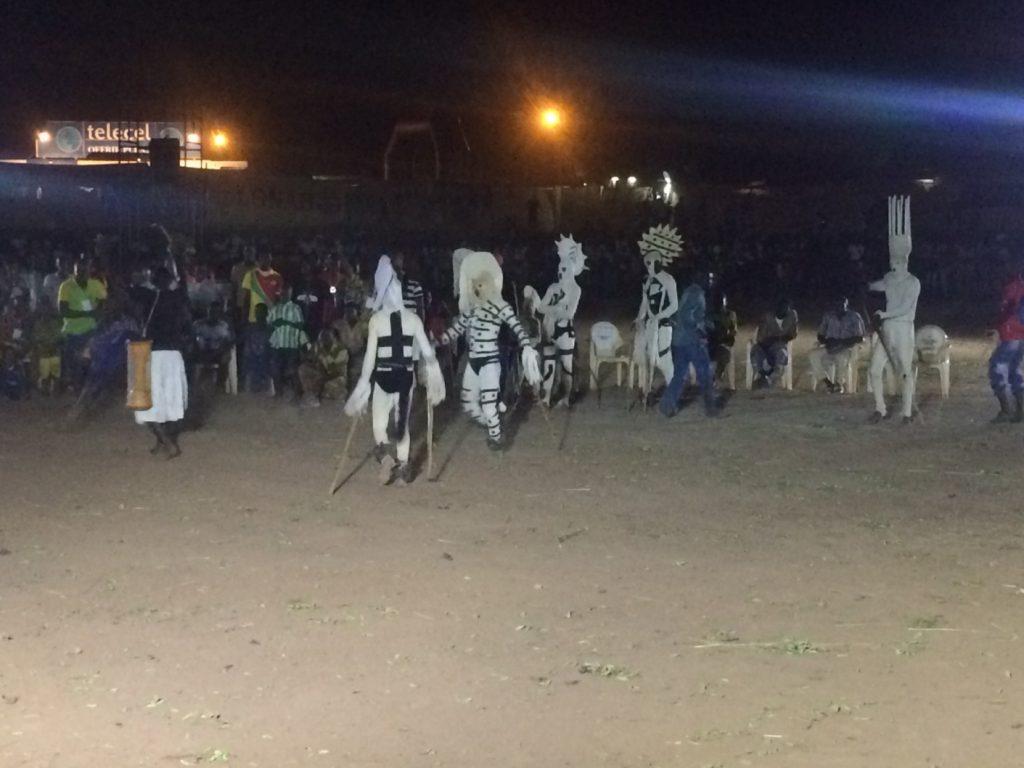 祭りは夜22時まで続く。夜は全身を白い布で覆った不思議な精霊たちがメインとなって踊る